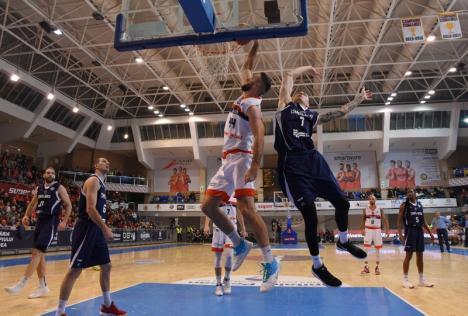 Duel între baschetbaliştii orădeni şi cei de la SCM Timişoara, sâmbătă, la Arena Antonio Alexe