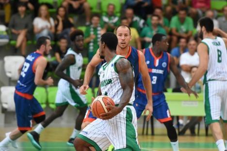 Început slab de sezon pentru baschetbalişti: CSM CSU a pierdut cu 66-82 în Bulgaria (FOTO)