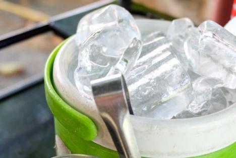 Greţos! Cuburi de gheaţă cu sute de bacterii din materii fecale, găsite în magazine