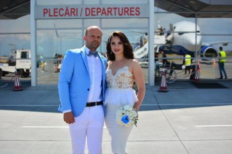 Un pilot român şi iubita lui s-au căsătorit în avion (FOTO)