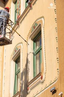 Ca la Viena: Faţadele unui palat din Oradea sunt spălate şi stropite cu o soluţie anti-păianjeni (FOTO / VIDEO)
