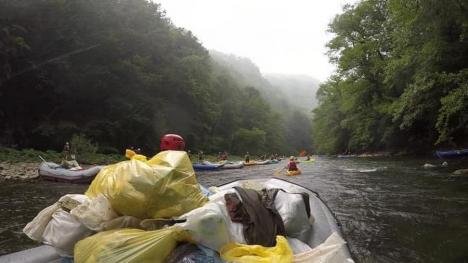 Curăţenie cu bărcile. Peste 3 tone de gunoaie, adunate de voluntari din Crişul Repede (FOTO)