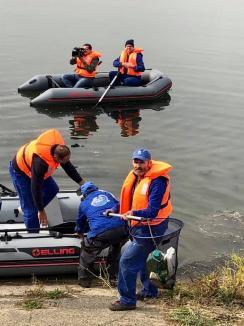 Curăţenie pe Criş: Elevi de la Liceul de Artă Oradea şi angajaţii ABA au adunat mizerii din râul Oradiei (FOTO)