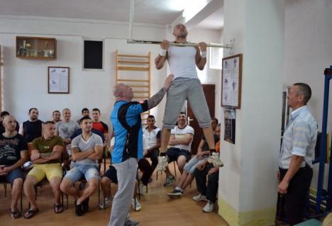"""Cartea cu putere: Volumul """"Antrenamentul condamnaţilor"""" a fost lansat la Penitenciarul Oradea (FOTO)"""