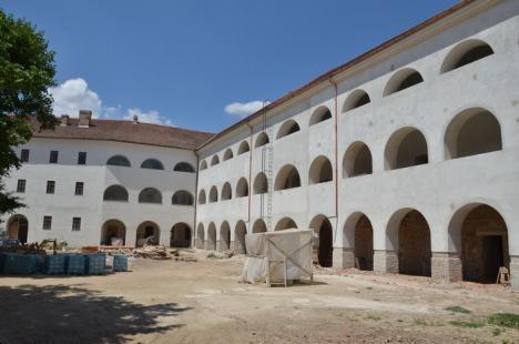 Misterele Cetăţii: Turiştii vor putea vizita morminte vechi de peste 600 de ani descoperite în beciurile palatului princiar (FOTO)