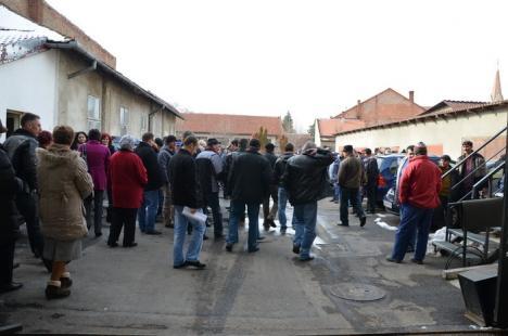 Miting la CAO! 200 de salariaţi au protestat împotriva disponibilizărilor şi reducerilor salariale (FOTO)
