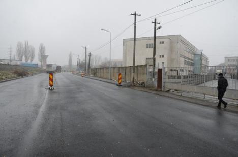 Calea de acces din incinta fostelor unităţi militare de pe malul Peţei a fost transformată în drum cu două benzi (FOTO)