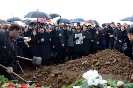 Victimele accidentului de luni au fost înmormântate: Micuţul Elias a fost îngropat în braţele mămicii sale (FOTO)