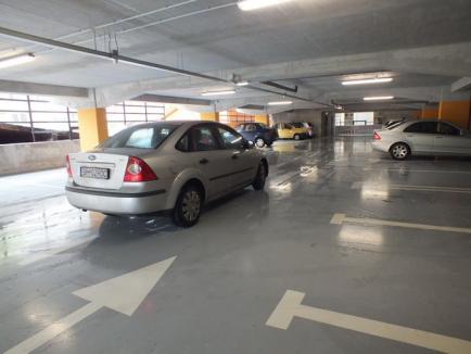 Prima zi în parcarea supraterană: Maşinile derapează din cauza bălţilor (FOTO)