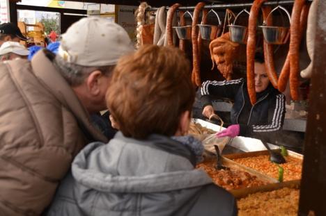 D'ale porcului. 14 comune bihorene se 'bat' în cârnaţi, caltaboși şi pălinci în parcarea ERA Park Oradea (FOTO / VIDEO)