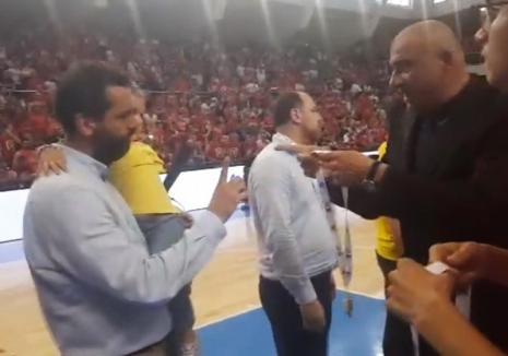 Antrenorul echipei de baschet BC CSU Sibiu a refuzat să primească medalia de argint la Oradea (VIDEO)