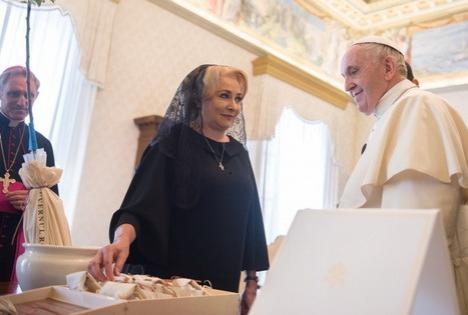 Viorica Dăncilă, în 'romgleză' la întâlnirea cu Papa: 'Sfinţia voastră, I am very glad for this opportunity' (VIDEO)