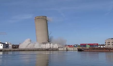 Demolare eşuată: Un turn de 50 de metri a căzut peste o şcoală şi o bibliotecă (VIDEO)