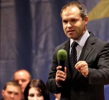 Ioan Mang: 'Dacă Funeriu avea biciul lui Boc la dezbaterea moţiunii, ne-ar fi biciuit în Senat'