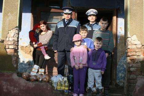 Dăruind vei dobândi! Poliţiştii bihoreni le-au făcut cadouri familiilor nevoiaşe (FOTO)