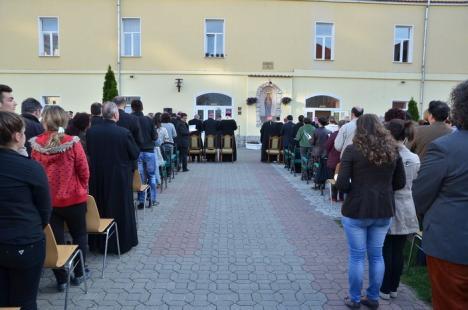 """""""Rezistentul"""": Cartea despre prigoana Securităţii împotriva episcopului greco-catolic de Oradea, Iuliu Hirţea, a fost lansată oficial (FOTO)"""