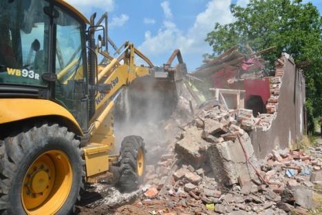 Cantonul CFR de la podul feroviar din zona Silvaş a fost demolat (FOTO/VIDEO)