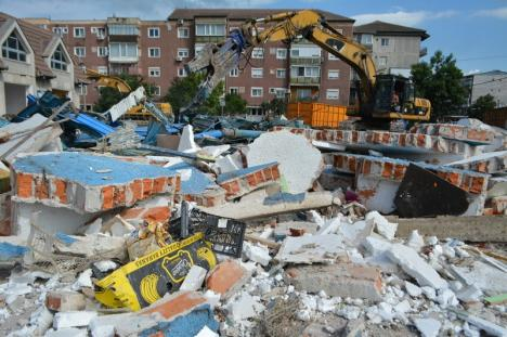 Constructorii au început demolarea pieţei Ioşia din Oradea pentru a face loc unui hypermarket (FOTO VIDEO)