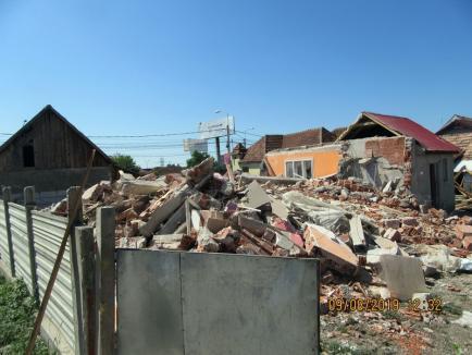 O vilă ridicată ilegal în Oradea a fost demolată cu excavatorul (FOTO)
