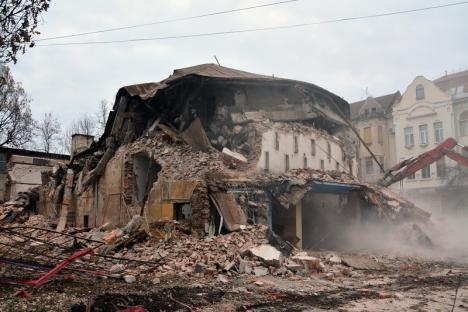 Fostul cinematograf Crişana a fost demolat pentru a face loc unui bloc (FOTO)