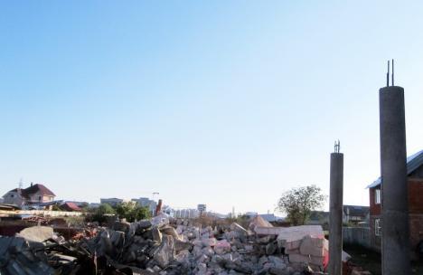 Şapte construcţii ridicate ilegal în strada Apateului din Oradea au fost demolate cu excavatorul