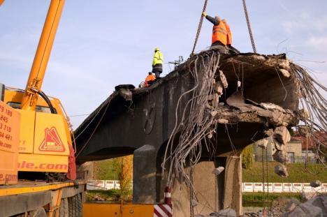 Nu mai este! 'Podul cu stea' a fost pus la pământ pe jumătate (FOTO / VIDEO)