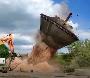 Turnul de apă din strada Uzinelor a fost demolat cu ajutorul unui picon (FOTO / VIDEO)