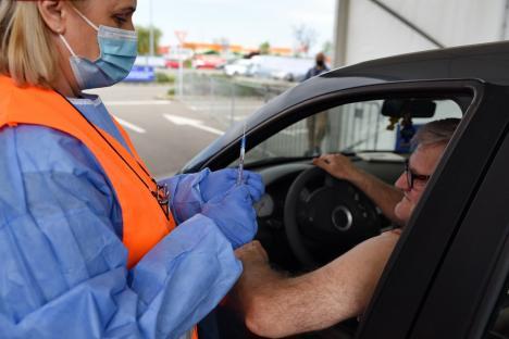 Interes mare pentru vaccinare anti-Covidla centrul drive-through din Oradea, chiar dacă treaba merge mai greu: a picat platforma de evidență a imunizărilor (FOTO)
