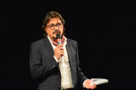 """În debutul FITO, managerul Teatrului, Daniel Vulcu, a parodiat rugăciunea """"Tatăl nostru"""" pentru șefii din Consiliul Județean (FOTO)"""