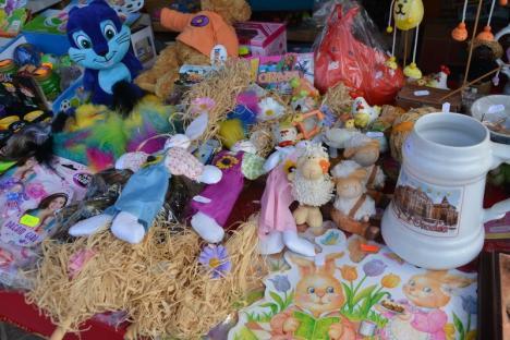 S-a deschis Târgul de Paști: Sute de orădeni s-au bucurat de soare, flori şi jocuri în Piața Unirii (FOTO)