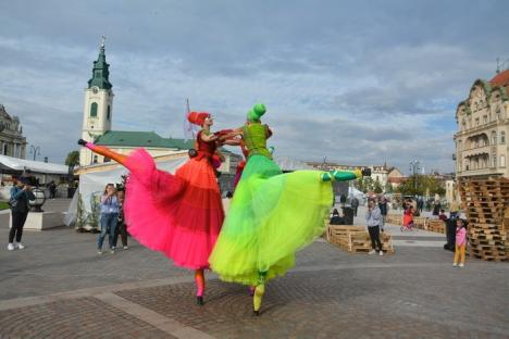 Toamna Orădeană a început în Piaţa Unirii şi în Cetate: Dansatoare pe picioroange, mâncăruri delicioase şi… ploaie (FOTO/VIDEO)