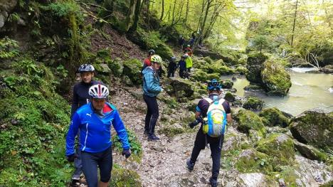 Au pedalat în Apuseni: 65 de turişti au descoperit pe bicicletă peisajele montane din Bihor (FOTO)