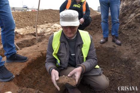 O urnă funerară veche de 3.000 de ani, cu tot cu cenuşă, găsită la marginea Oradiei (FOTO)