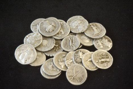 Istorie scoasă la lumină! La Muzeul Țării Crișurilor au fost prezentate două tezaure de monede recent descoperite (FOTO)