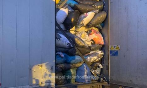 Aproape 55 de tone de gunoaie textile, prezentate ca haine second-hand, şi deşeuri de sticlă, întoarse din drum la vama Borş (FOTO)