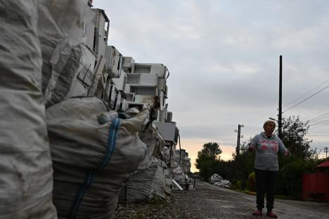 Protest pentru lumină: O firmă a ridicat un 'oraş' de deşeuri electrice nevalorificate, cu care îşi terorizează vecinii(FOTO)