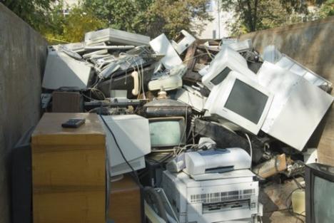 Aruncaţi la gunoi aparatura defectă!