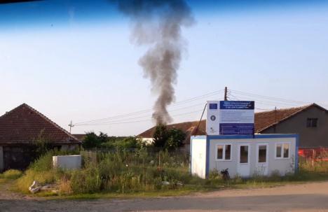 Aer poluat în Sântandrei şi Rontău: Gropile de gunoi au luat foc, tone de deşeuri au ars sub cerul liber (FOTO)