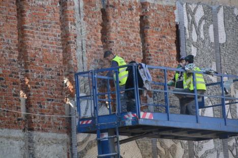 Muncitorii au început să dezafecteze mozaicul 'Trei arbori' de pe faţada fostului cinematograf Patria din Oradea (FOTO)