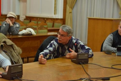 Dezbaterea termiei: Viceprimarul Florin Birta, asaltat de orădenii revoltaţi, care vor să se racordeze la gaz (FOTO)