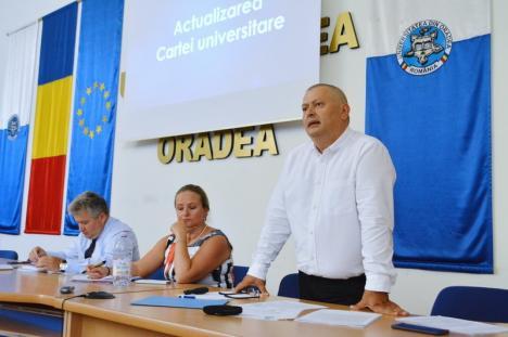 """Dezbatere la Universitatea Oradea. Un decan cere ca universitarii condamnaţi pentru corupţie să poată preda în continuare: """"Cine poate lua piatra, să arunce!"""" (FOTO)"""