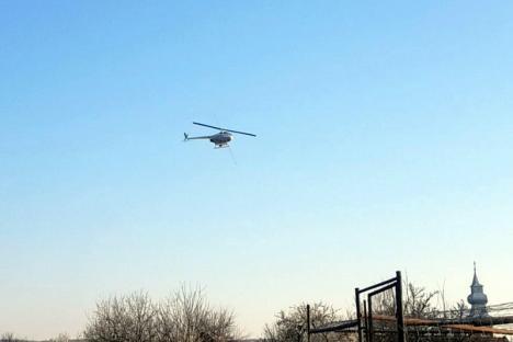 """""""Ploaie"""" anti-Covid, în Bihor: Un elicopter a împrăştiat apă oxigenată peste comuna Ineu (VIDEO)"""