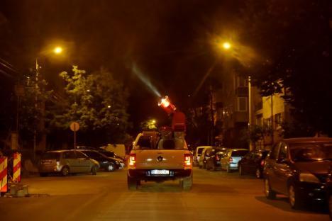 """În sfârșit! Opt mașini cu """"tunuri insecticide"""" au stropit Oradea împotriva țânțarilor (FOTO / VIDEO)"""