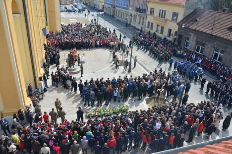 Ilie Bolojan, emoţionat până la lacrimi la dezvelirea statuii lui Iuliu Maniu în Oradea. Vezi care a fost atmosfera la eveniment! (FOTO / VIDEO)
