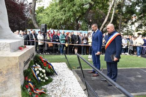 Emoţii la dezvelirea statuii lui Emanuil Gojdu: Primarul Ilie Bolojan a avut lacrimi în ochi, iar câţiva gojdişti, absolvenţi din 1953, au purtat şepcile uniformelor de atunci (FOTO / VIDEO)