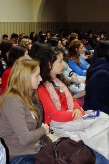 Candidaţii USL s-au întâlnit cu studenţii orădeni, ca să le ceară voturile (FOTO)