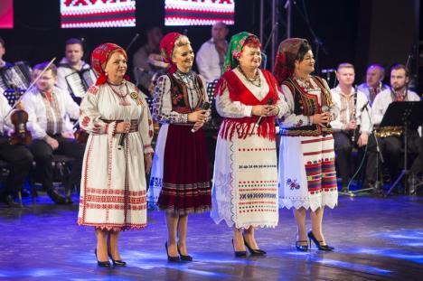 'Din suflet de român': Orădenii au urmărit un spectacol extraordinar cu ansamblurile 'Crişana' şi 'Joc', de Ziua Naţională(FOTO)