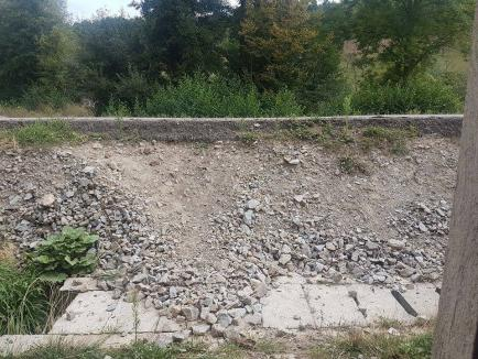 Noi isprăvi pe DN 76 Oradea-Deva: Localnicii din Sudrigiu şi Criştioru de Jos nu mai pot intra în case după supraînălţarea drumului (FOTO)