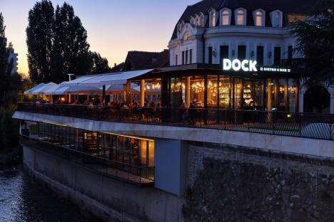 Un mic şi-o bere: Terasa Dock îi umple de mirosuri, fum şi... lumini roşii pe orădenii din centru (FOTO)