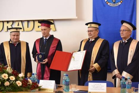 Nicolae Burnete, fost ministru al Cercetării, a devenit Doctor Honoris Causa al Universităţii din Oradea (FOTO)